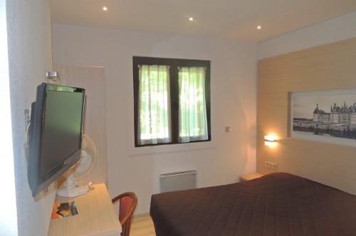 Chambre d'hôtel double, un grand lit de 160 par 200