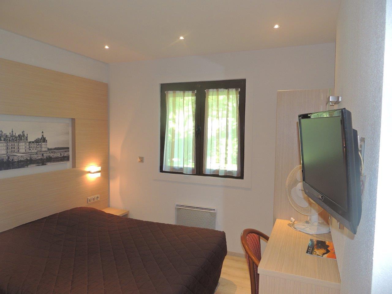 Chambre d'hôtel double au premier étage, un grand lit de 160 par 200