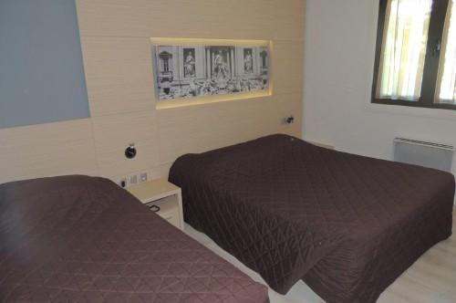 Chambre d'hôtel triple au premier étage, un grand lit et un lit simple